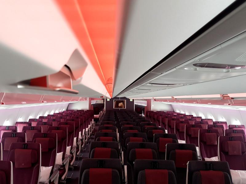 Qatar Airways Economy Klasse mit großen Gepäckfächern im A350-1000