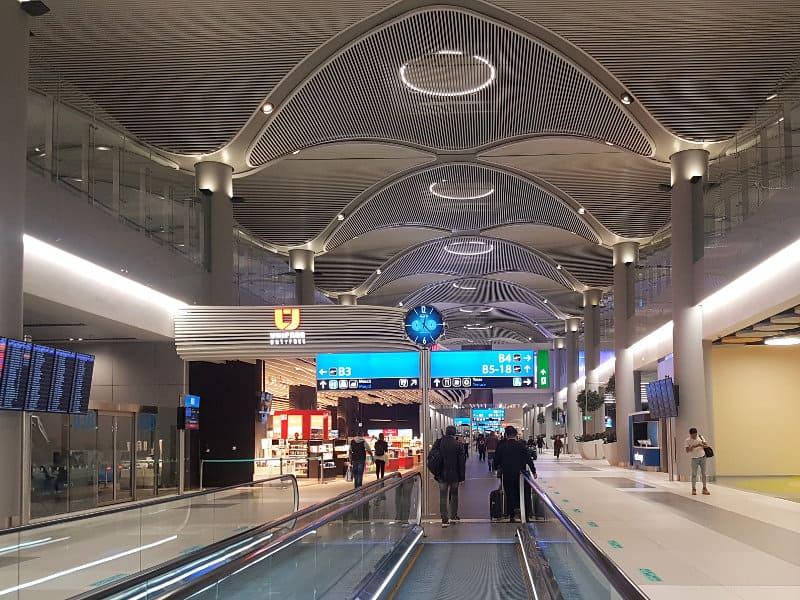 Neuer Flughafen Istanbul: Rollbänder auf dem Weg zum Gate