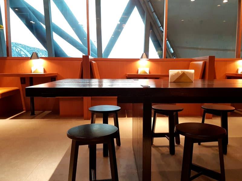 Restaurant in der oneworld Lounge am Flughafen Bangkok