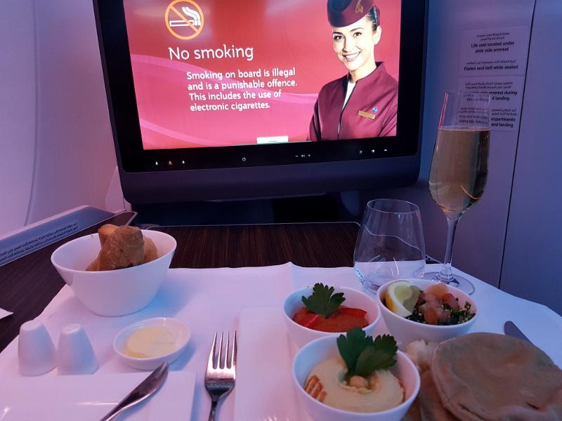 Qatar Airways Business Class Lounge Speisen und Getränke Erfahrung