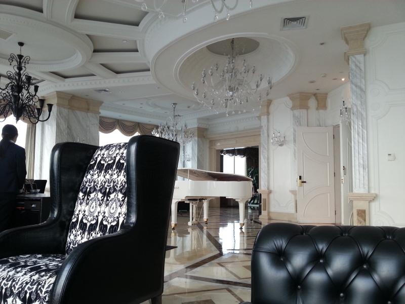 Executive Lounge im Accor Pullman Hotel Shanghai Skyway schwülstige Ausstattung aber guter Service