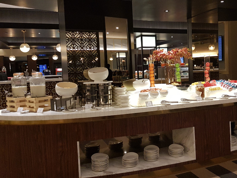 Malaysia Airlines Golden Lounge modern mit Front Cooking
