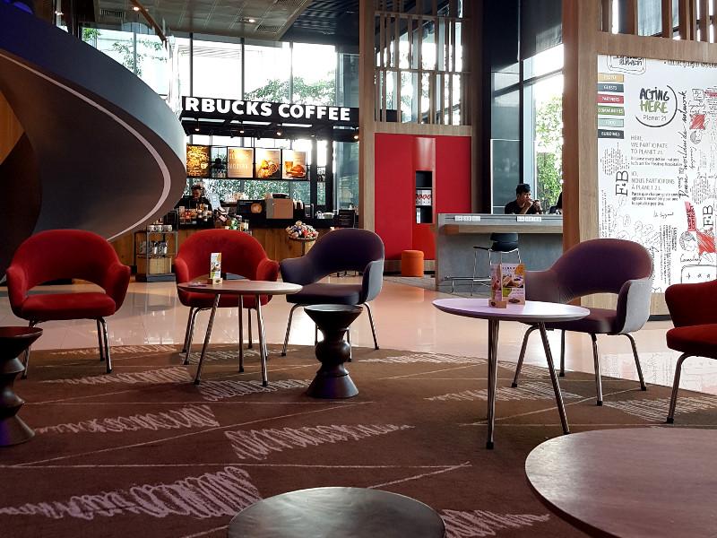 Accor ibis Saigon Airport Hotellobby mit Starbucks Kaffee