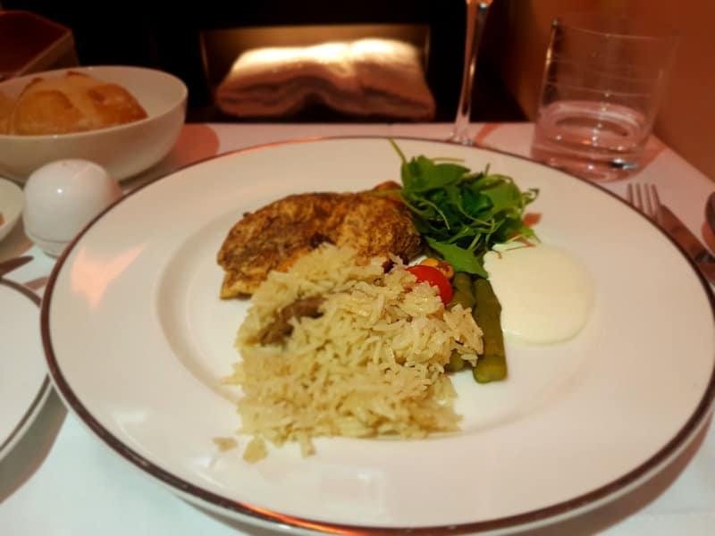 Speisen und Getränke in der Business Class Sitze bei Oman Air