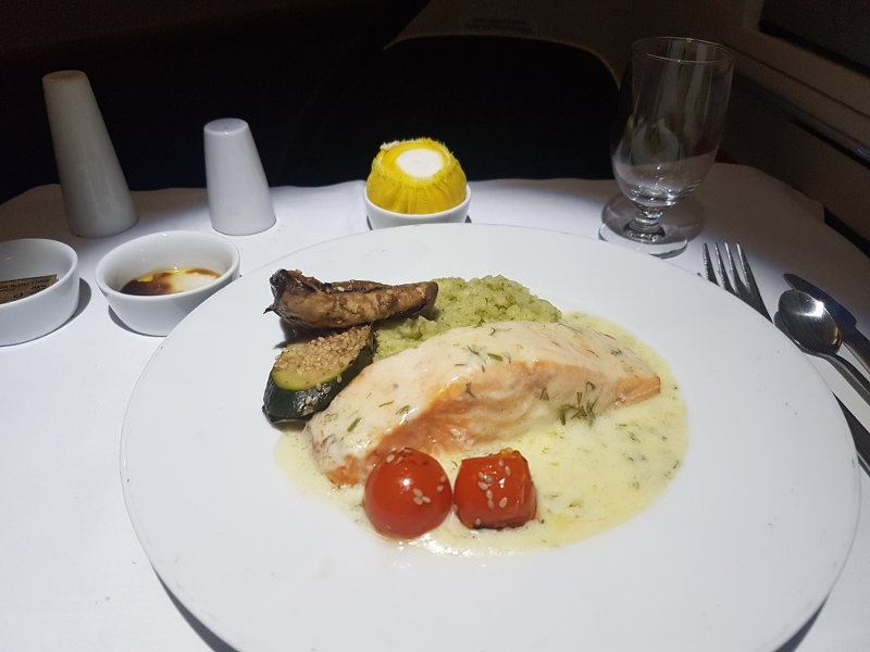 Speisen und Geränke in der Air Serbia Business Class