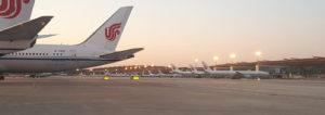 Air China Flug zu Zeiten des Coronavirus – Transfer am menschenleeren Flughafen Peking