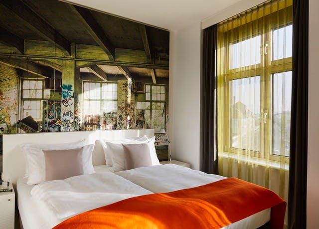 Berlin: Zentrales Cityhotel in der Hauptstadt - Kostenfrei stornierbar, Hotel Indigo Berlin Ku'damm, Berlin, Deutschland - save 53%
